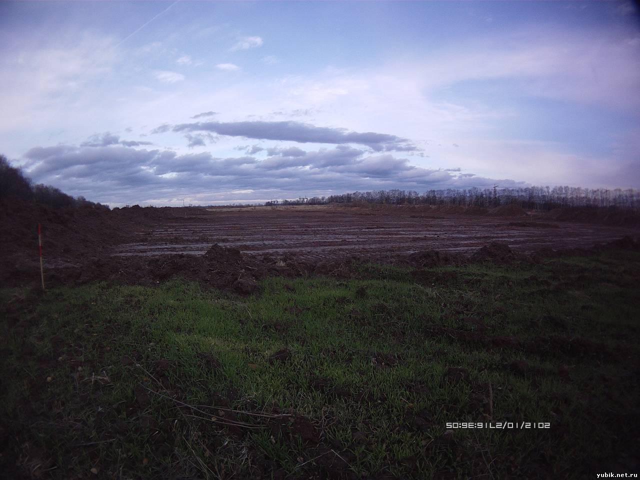 Расчищают трассу дороги по полям ближе к слиянию со старым шоссе.